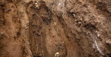 La fosa del cementerio de Guadalajara que ha exhumado la ARMH por orden de la Justicia de Argentina.- REUTERS